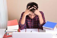 Studenten werden mit Prüfungsvorbereitung betont stockfotografie