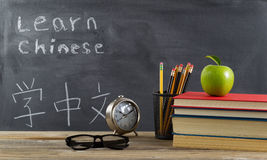 Studentendesktop vorbereitet, chinesische Sprache zu lernen Stockbilder