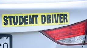 Studentenfahreraufkleber ziehen an sich vom Auto zurück stockbild