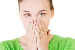 Studentenfrau, die ihren Mund wegen der Schande bedeckt Lizenzfreie Stockfotografie