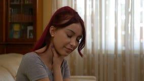 Studentenfrau, die unter dem Husten und Halsschmerzen zu Hause sitzen auf Trainer leidet stock video footage
