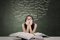 Studentengefühl erschrocken von der Prüfung Stockfotos