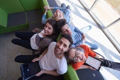 Studentengroep die aan schoolproject samenwerken Royalty-vrije Stock Foto's