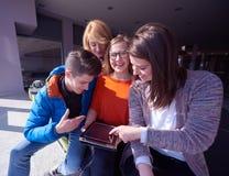 Studentengroep die aan schoolproject samenwerken Stock Afbeelding