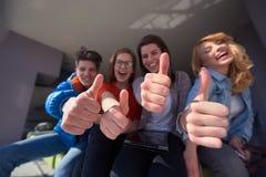 Studentengroep die aan schoolproject samenwerken Stock Fotografie
