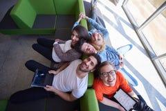 Studentengroep die aan schoolproject samenwerken Royalty-vrije Stock Afbeelding