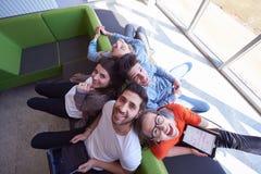 Studentengroep die aan schoolproject samenwerken Stock Foto