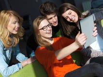 Studentengruppe, die zusammen an Schulprojekt arbeitet Stockfotos