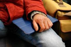 Studentenhand, die Tablette hält Lizenzfreies Stockfoto