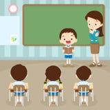 Studentenjungen-Lesebuch in den Klassenzimmerseiten Stockfotografie