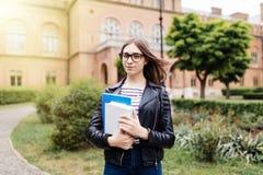 Studentenleben anfangen Junger intelligenter weiblicher Student auf dem Campus draußen lizenzfreies stockbild