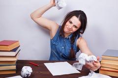 Studentenmädchen, das Blätter Papier zerknittert Junge betontes wütendes w stockfotos