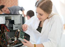 Studentenmädchen, das Computer repariert Stockfotos