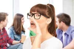 Studentenmädchen, das in der Schule klatscht Lizenzfreies Stockfoto