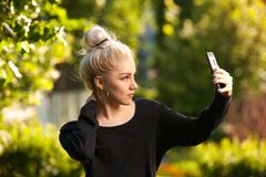 Studentenmädchen, das draußen selfie im Park macht Lizenzfreies Stockfoto