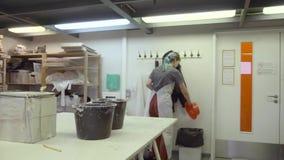 Studentenmädchen, das an einer Werkstatt aufräumt stock video footage