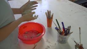 Studentenmädchen, das an einer Werkstatt sculpting ist nahaufnahme stock video footage