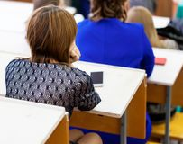 Studentenmädchen, das am Vortrag sitzt lizenzfreie stockfotografie