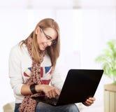 Studentenmädchen, das zu Hause arbeitet Lizenzfreie Stockfotografie