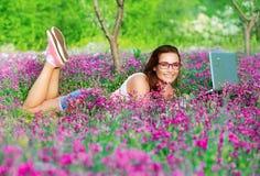 Studentenmädchen im Park stockbild