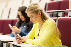 Studentenmädchen mit Smartphones auf Vortrag lizenzfreie stockfotos