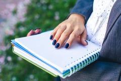Studentenmädchen mit Studienblättern und Glossar buchen Nahaufnahme Stockfoto