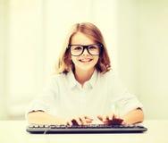 Studentenmädchen mit Tastatur Lizenzfreie Stockfotos