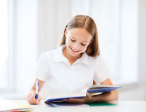 Studentenmädchen, das in der Schule studiert Stockbild