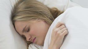 Studentenmeisje boos over lawaaierige buren, die meer tijd in ochtend proberen te slapen stock video