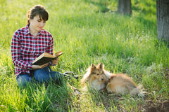 Studentenmeisje die in aard met hond leren Stock Afbeelding