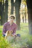Studentenmeisje die in aard met hond leren Stock Foto's