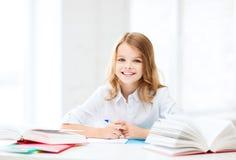 Studentenmeisje die op school bestuderen Stock Afbeeldingen