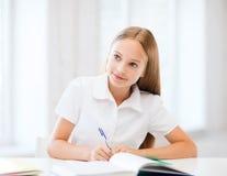 Studentenmeisje die op school bestuderen Stock Foto