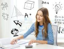 Studentenmeisje met boek, notitieboekje en calculator Stock Fotografie