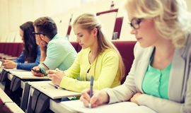 Studentenmeisje met smartphone bij lezing royalty-vrije stock foto