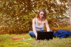 Studentenmeisje op gras met een computer Royalty-vrije Stock Afbeelding
