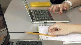 Studentenmeisjes met hun laptops computers stock footage