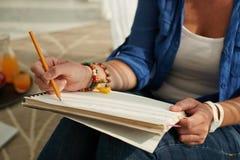 Studentenschreiben im Lehrbuch stockfotos