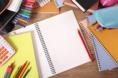 Studentenschulbank mit dem offenen Notizbuch des freien Raumes, studierend, Hausarbeitkonzept, Kopienraum Lizenzfreie Stockfotos