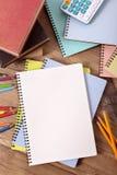 Studentenschulbank mit leeren Büchern, Stift, Bleistift, Kopienraum, vertikal Lizenzfreie Stockbilder