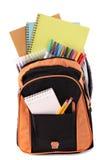 Studentenschultasche voll mit Büchern, Bleistifte, Zeichenstifte, lokalisiert auf weißem Hintergrund Lizenzfreies Stockbild