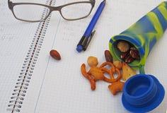Studentensnack, verschiedene Nüsse im Silikonrohr Stockfoto
