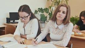Studentenstudie im Schreibtisch des Klassenzimmers in der Schule stock video