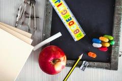 Studentenversorgungen mit Apfel Lizenzfreies Stockfoto
