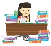Studentenzitting bij de lijst met stapels van boeken Stock Foto's