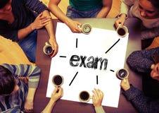 Studentenzitting rond pagina die Examen zeggen Royalty-vrije Stock Foto