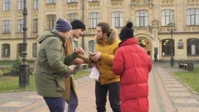 Studenter är sena för en föreläsning på universitetet stock video