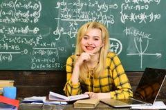 Studenter arbetar ärligt Studenter som studerar och testar kurs från lärare i klassrum på universitetet Läraren ska berätta royaltyfria foton