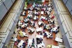 Studenter arbetar på tabeller i vård- grupp för ungdom arkivbilder