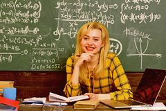 Studenter arbetar ?rligt Studenter som studerar och testar kurs fr?n l?rare i klassrum p? universitetet L?raren ska ber?tta fotografering för bildbyråer